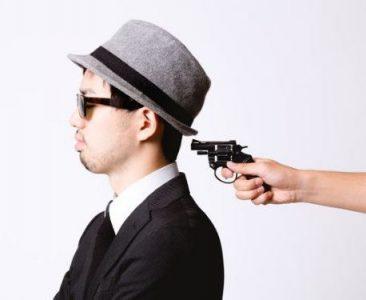銃を突きつけられる男の画像